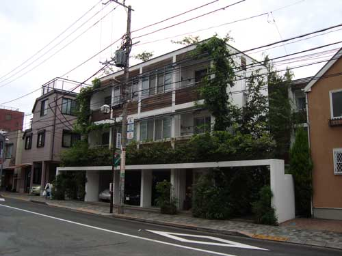 Kakinokizaka Moegi apartment building context