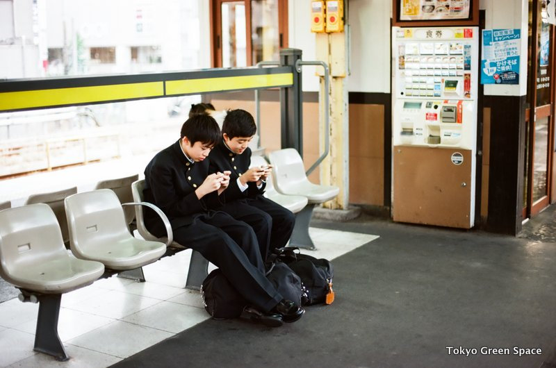 schoolkids_portable_gaming_nakano_station_platform