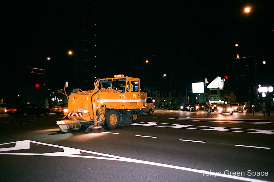 street_cleaning_machine_night_shinnakano