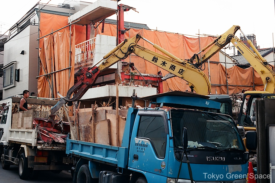 demolition_nakano_2claws_2trucks