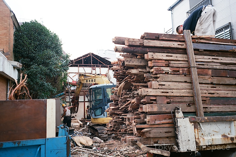 nakano_demolition_wood