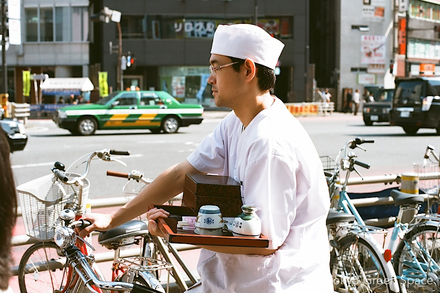 bike_delivery_food_shinjuku_sidewalk