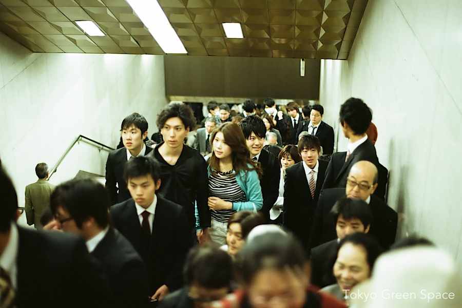 kudanshita_metro_exit_young_office_workers_hanami