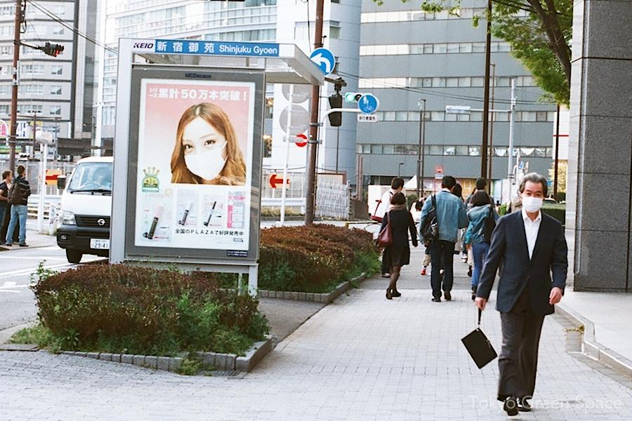 mask_ad_senior_sidewalk_shinjuku