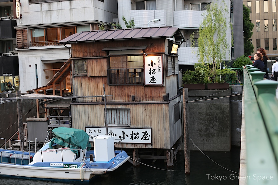 kanda_river_bridge_shack