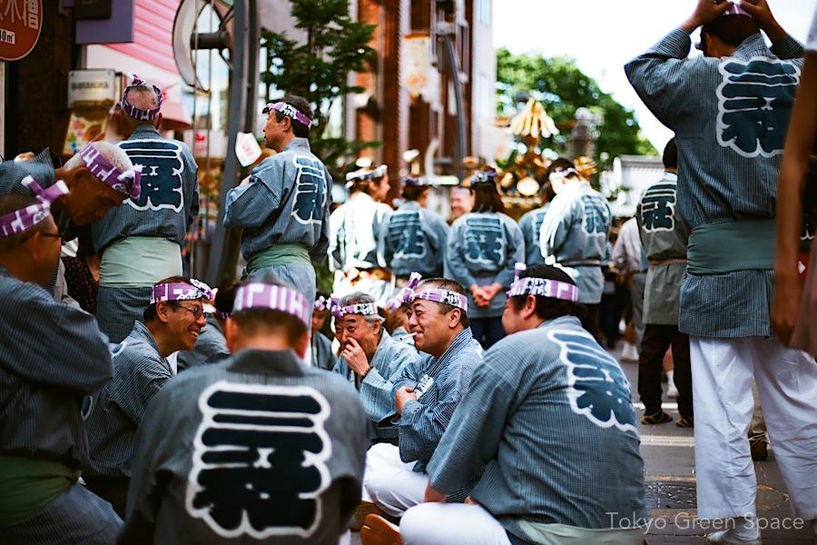 sanja_matsuri_asakusa_sidewalk_social