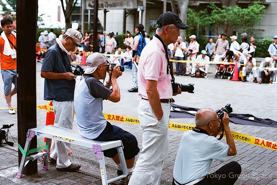 seniors_photographers_yoyogi_park_fancy_cameras_bench