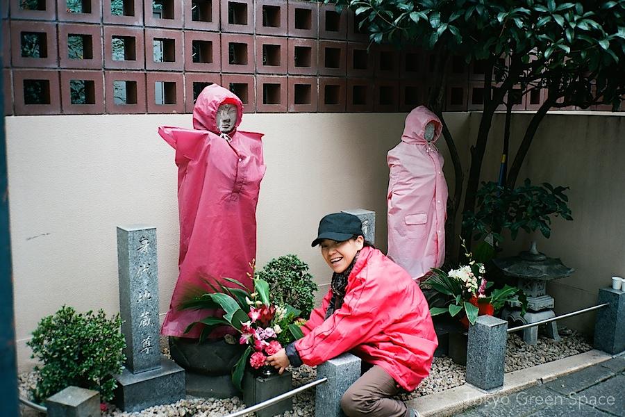 raincoats_temple